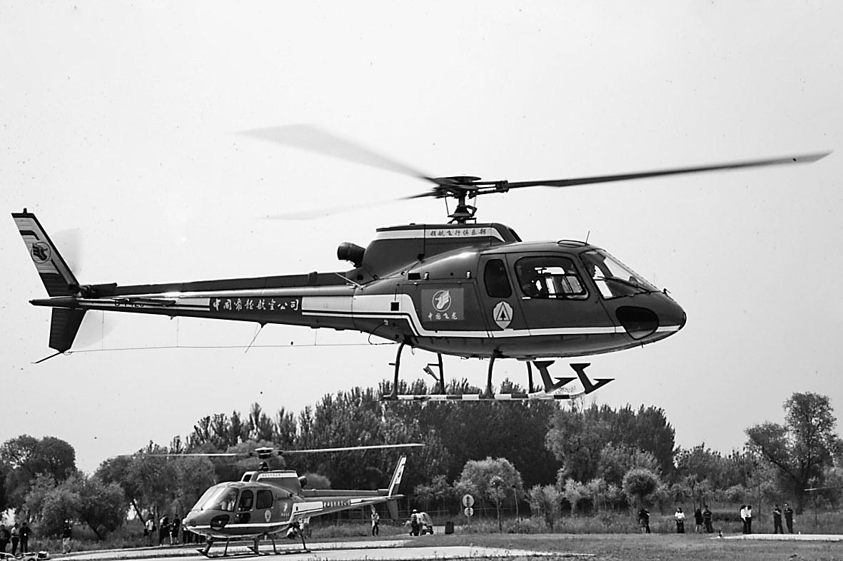 """记者登上了""""小松鼠直升机"""""""