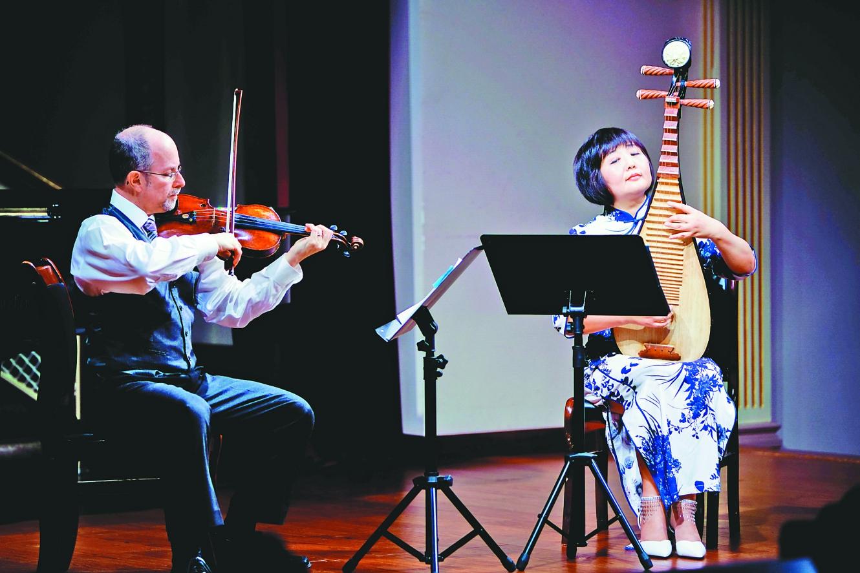 以琵琶和小提琴二重奏的方式同台演出,演奏了《茉莉花》《孩子们的