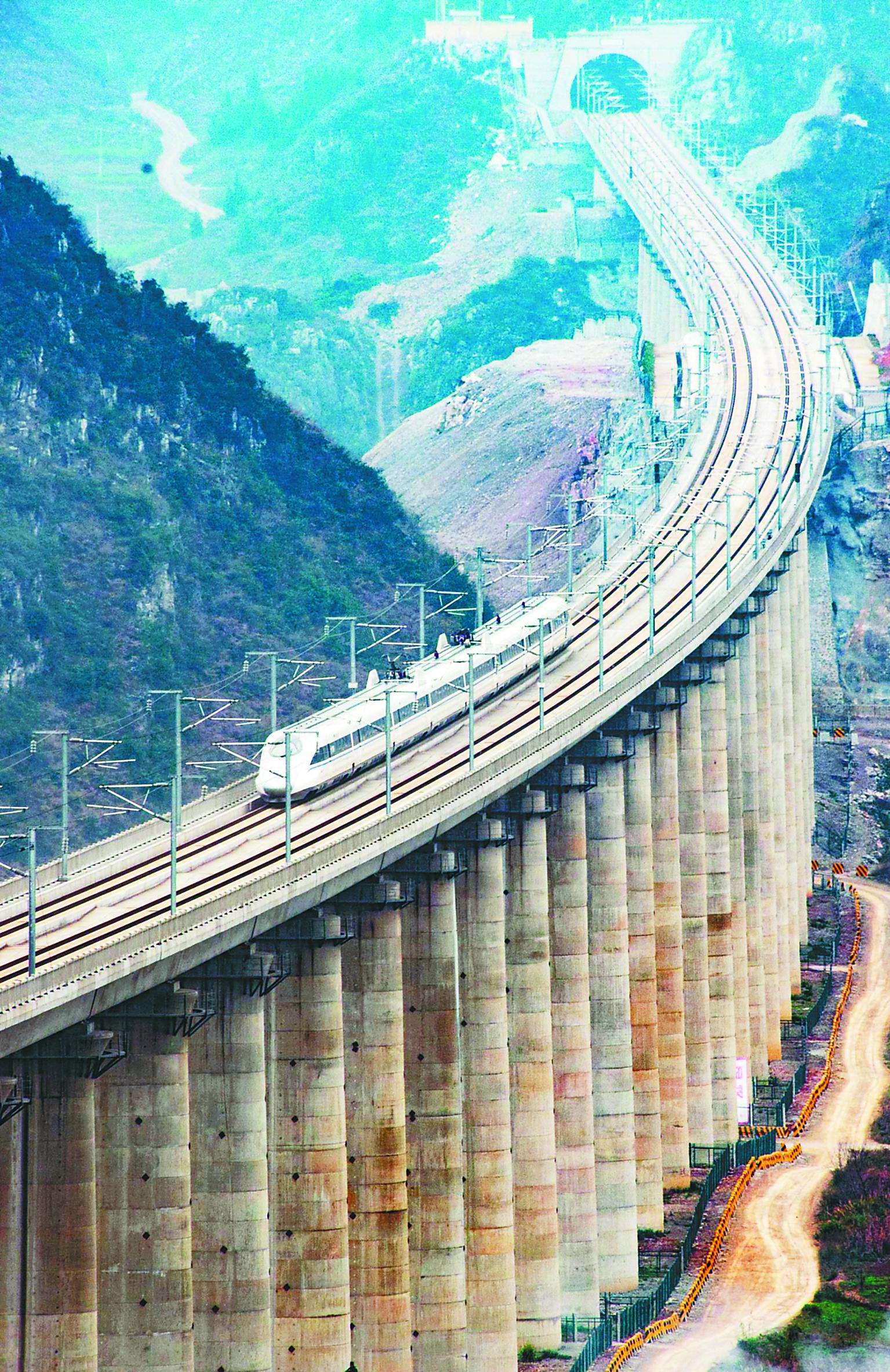 沪昆高铁最后一段贵阳至昆明开通运营,在我国大西南与东部沿海之间画