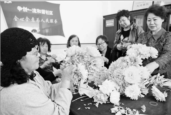 社区干部和志愿者们叠纸花,折千纸鹤,制作完成后,前往烈士陵园祭奠