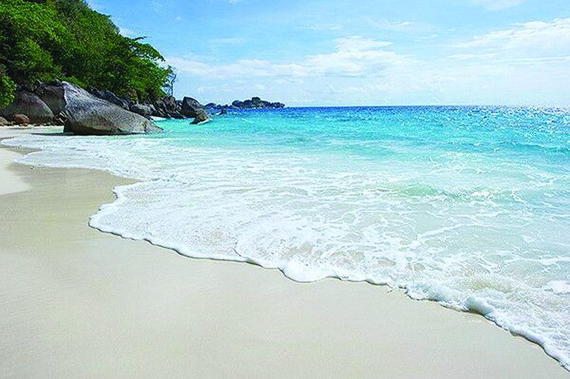 斯米兰拥有着泰国其他海岛无处可觅的罕见风光,浮潜,深潜,冲浪,白沙滩