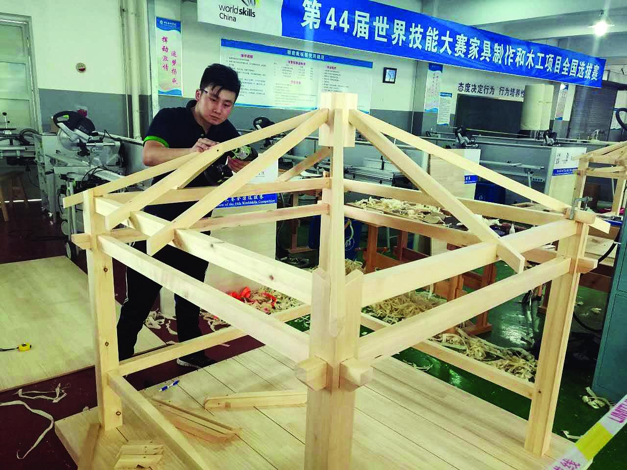 徐颜的指导老师王艳福告诉记者,徐颜此次参赛的作品是榫卯结构四