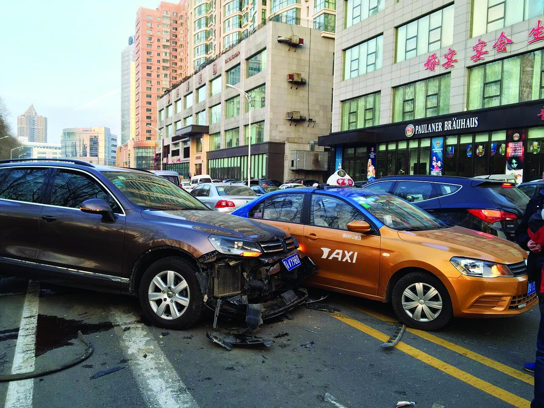 途锐越野车撞出租车现场