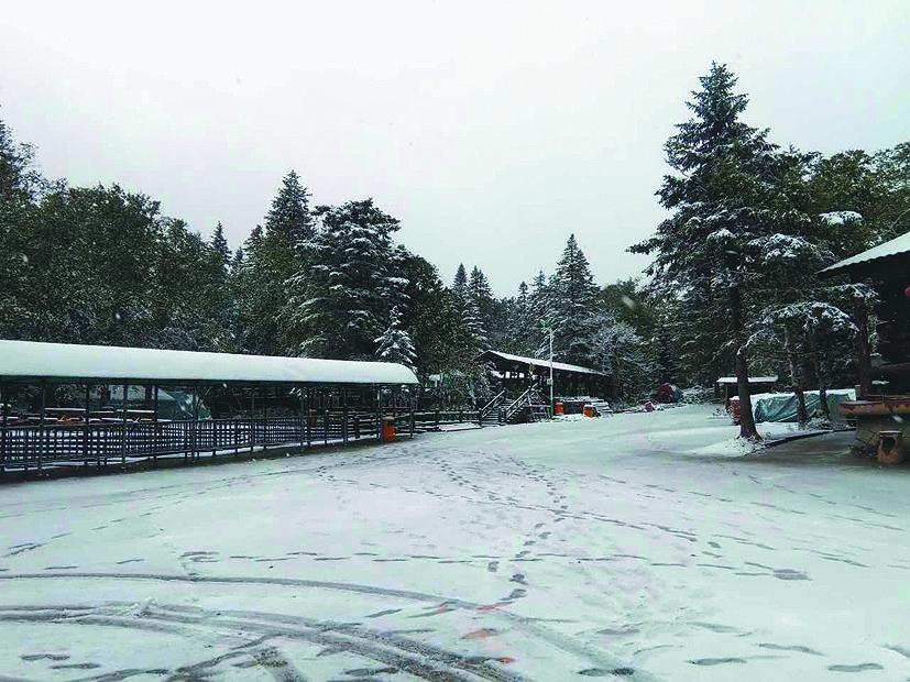 生活报记者从凤凰山风景区了解到,降雪持续约6个小时,景区栈道,山间